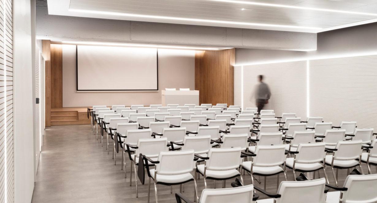 01-mas-millet-arquitectura-interior-reforma-sala-conferencias-colegio-medicos-valencia---mobiliario-minimalista-flexibilidad-luz-arquitecto