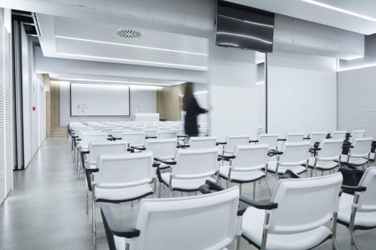 mas millet arquitectura interior reforma sala conferencias colegio medicos valencia mobiliario minimalista flexibilidad luz arquitecto tabique movil interiorismo