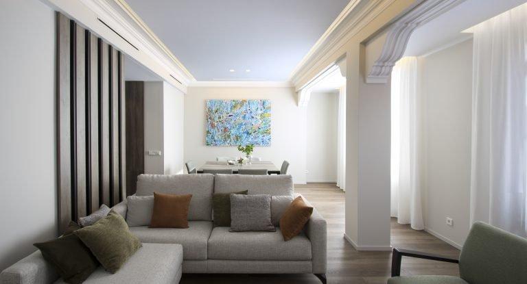arquitectura interiorismo reforma valencia casa quart salon comedor arte molduras tv