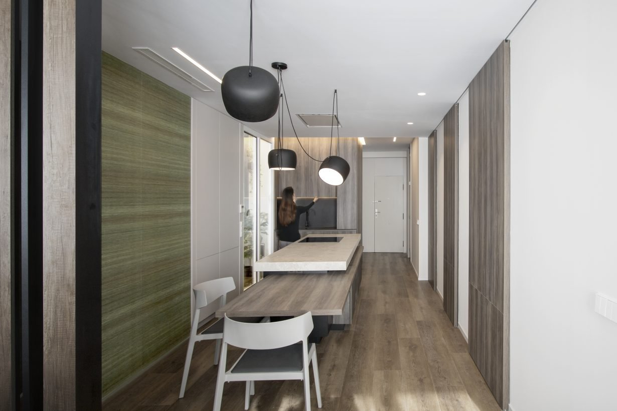 arquitectura interiorismo reforma valencia casa quart salon comedor cocina celosia isla papel lampara colgante flos aim
