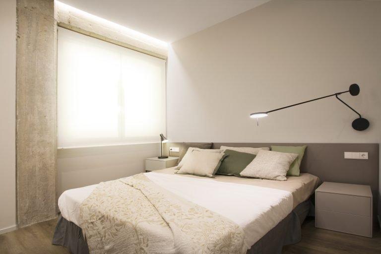 arquitectura-interiorismo-reforma-valencia-casa-quart-vestidor-tobisa-estanteria-abierta-armario-dormitorio-principal-suite-scaled