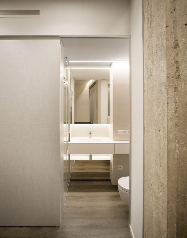 arquitectura-interiorismo-reforma-valencia-casa-quart-baño-lavabo-solid-surface-dormitorio-principal-suite-scaled