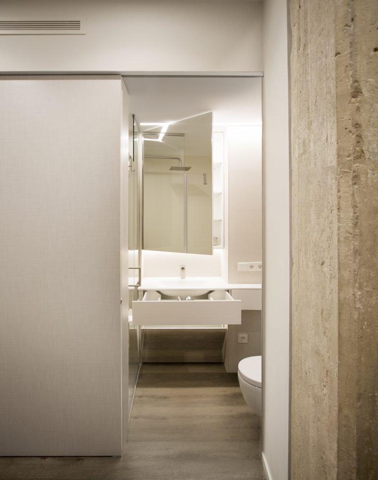 arquitectura-interiorismo-reforma-valencia-casa-quart-baño-lavabo-solid-surface-dormitorio-principal-suit-scaled