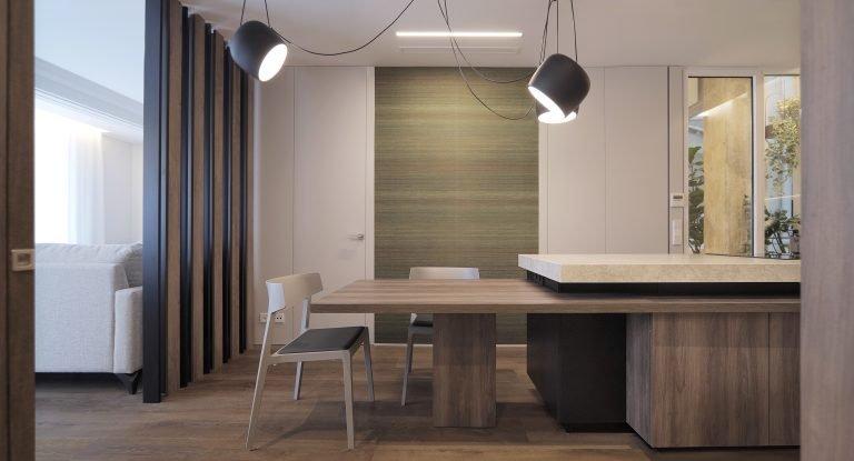 arquitectura-interiorismo-reforma-valencia-casa-quart-salon-comedor-cocina-celosia-isla-papel-lampara-colgante-flos-aim-scaled