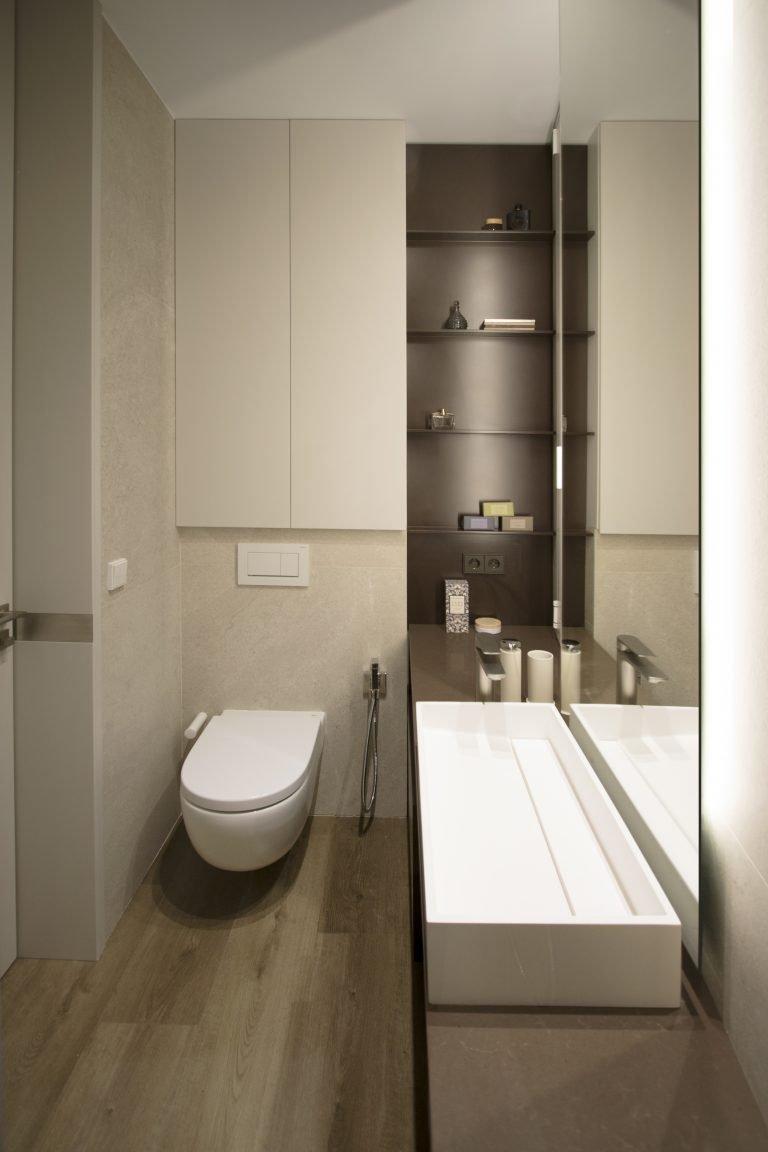 arquitectura-interiorismo-reforma-valencia-casa-quart-baño-armario-vestidor-lavabo-espejo-armario-oculto-petra-inalco-scaled