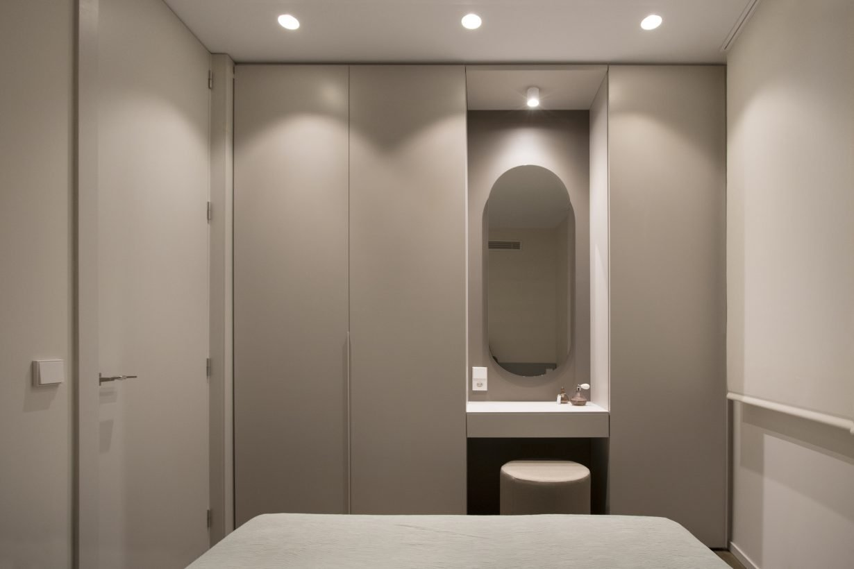 arquitectura-interiorismo-reforma-valencia-casa-quart-tocador-armario-tobisa-espejo-dormitorio-scaled